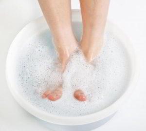 пораженную ногтевую пластину на ноге рекомендуется подержать в теплой ванночке