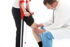 На костылях при травме мениска