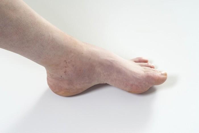 Помассировал ноги тете