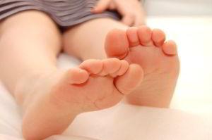 Здоровые стопы ног с мизинцами без мозолей