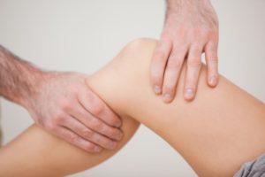 Почему опухает колено